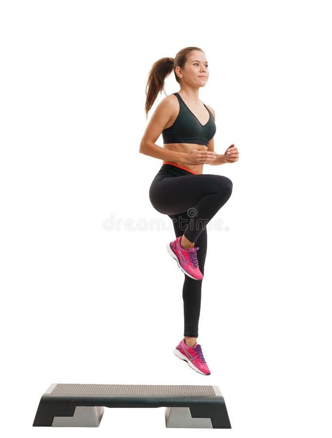 Femme convenable dans les vêtements de sport à la classe d'étape-aérobic images libres de droits