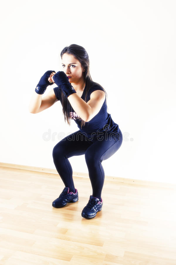 Femme convenable faisant des postures accroupies images stock