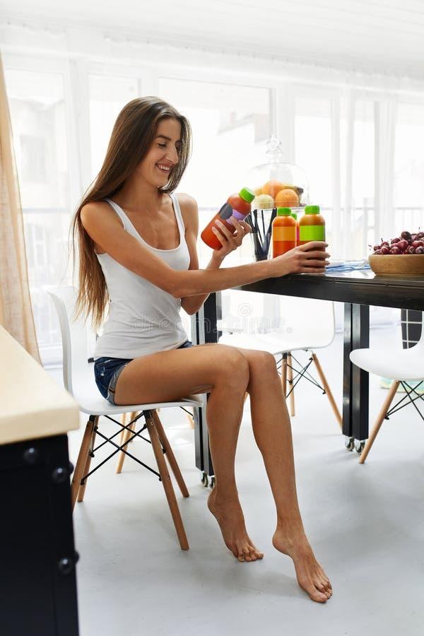 Femme convenable sur l'alimentation saine avec du jus de Detox, Smoothie nutrition image stock