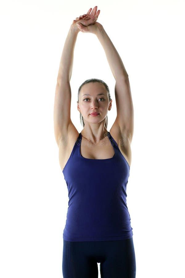 Femme convenable tenant chacun des deux sa main dans le ciel pour s'étirer photos libres de droits