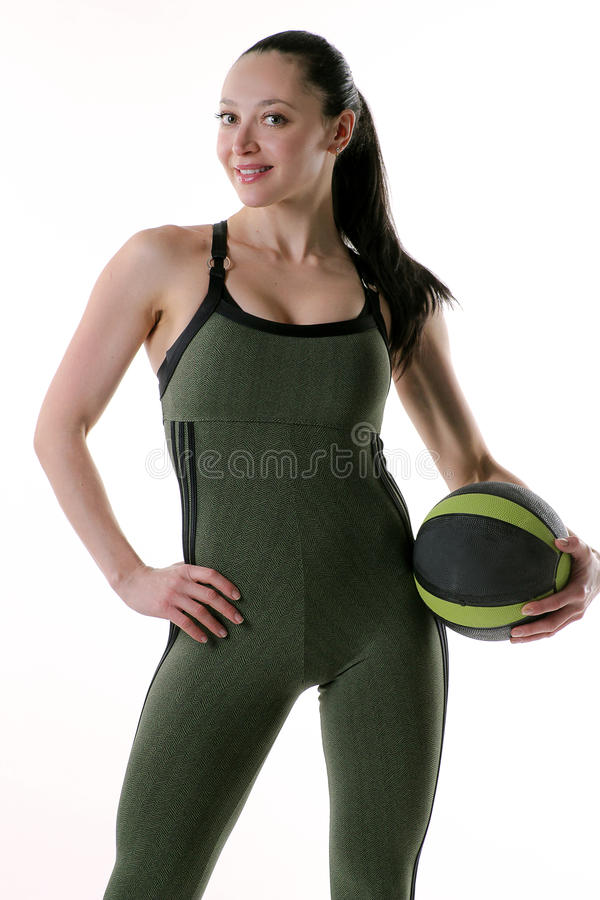 Femme convenable tenant une boule de gymnase par son côté photos stock