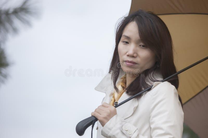 Femme coréenne perdue dans la pensée photographie stock libre de droits