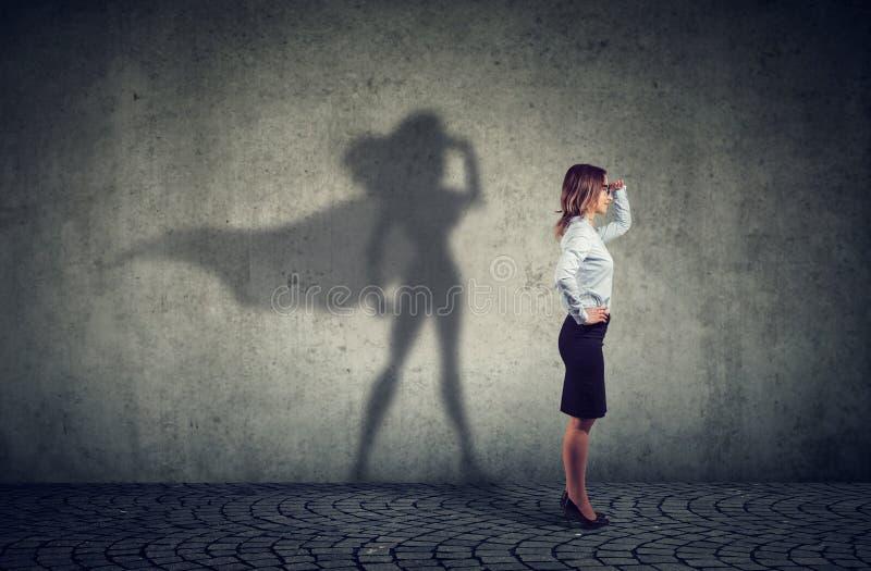 Femme courageuse d'affaires posant comme superhéros photo libre de droits