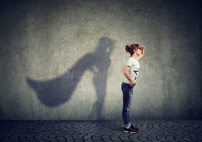 Femme courageuse posant en tant que superhéros photographie stock
