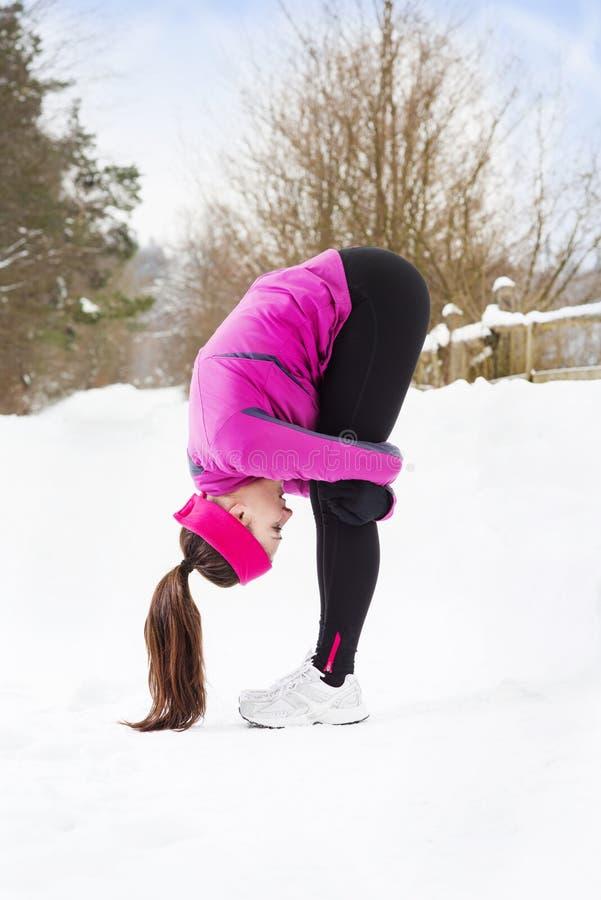 Femme courant en hiver images stock