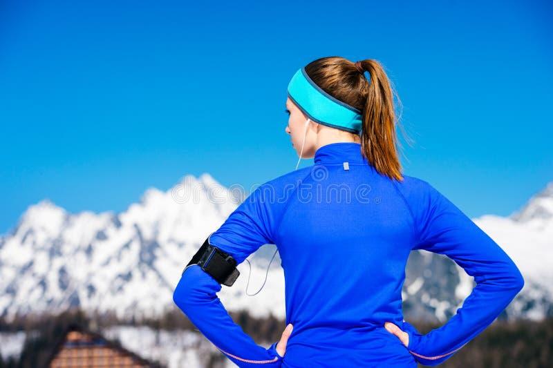 Femme courant en montagnes photo stock