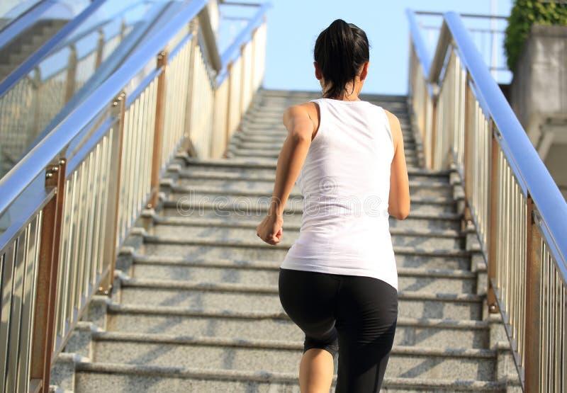 Download Femme Courant Sur Des Escaliers De Montagne Photo stock - Image du fille, bleu: 45359856