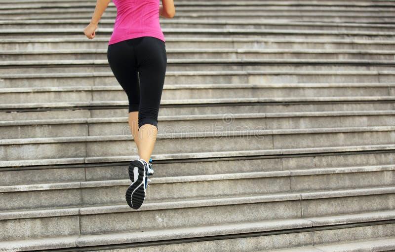 Download Femme Courant Sur Des Escaliers De Montagne Photo stock - Image du marathon, femelle: 45359918