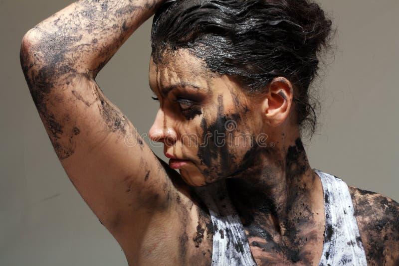 Femme couverte dans la boue photo stock