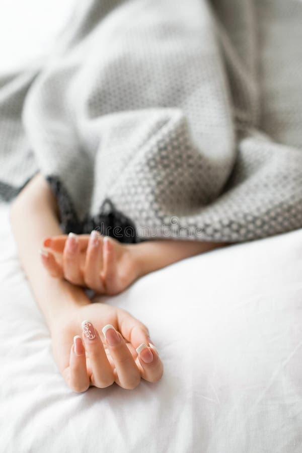 Femme couverte de sommeil avec les mains saillantes photo stock