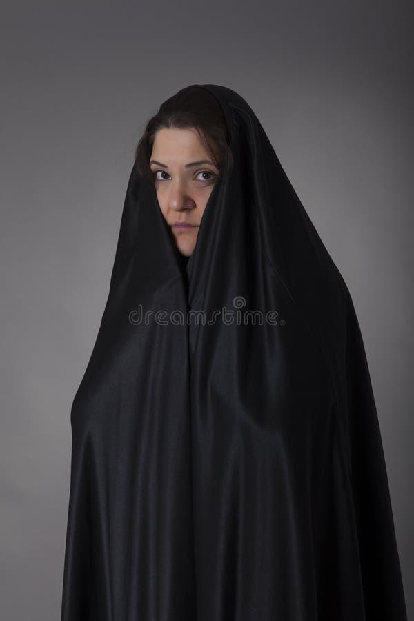 Femme couverte de voile noir images libres de droits