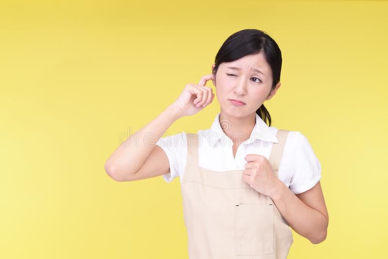 Femme couvrant son oreille images stock