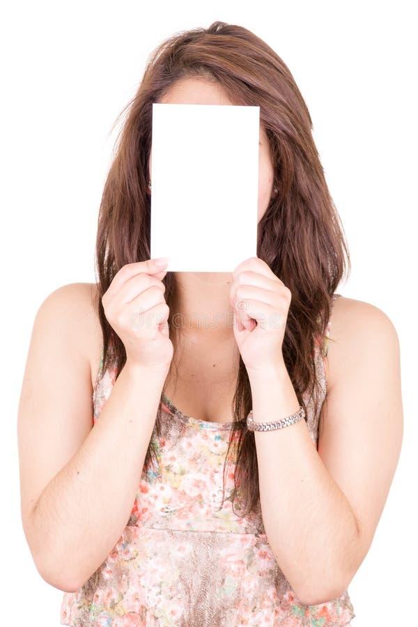 Femme couvrant son visage de carte vierge images stock