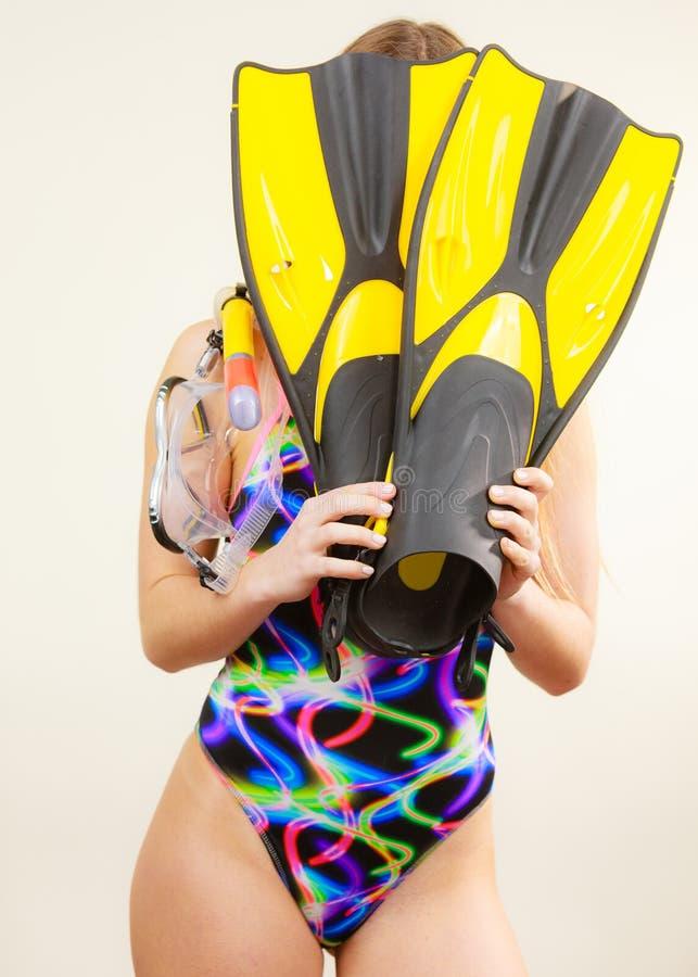 Femme couvrant son visage de nageoires ayant l'amusement image libre de droits