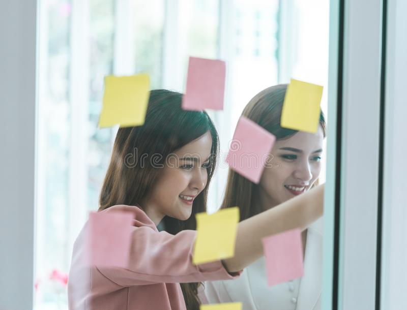 Femme créative d'affaires écrivant l'idéal et le but dessus aux fenêtres photographie stock