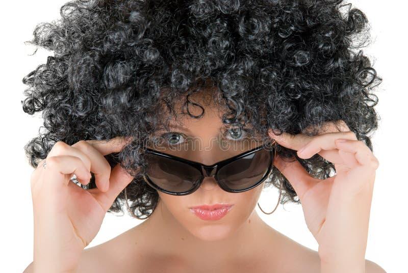 Femme crépu avec des lunettes de soleil photo stock