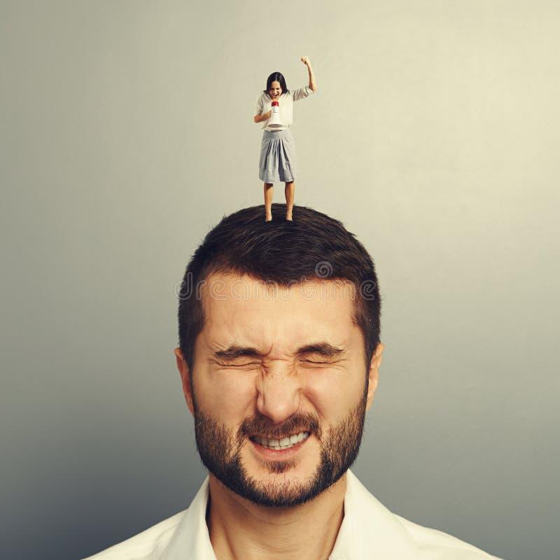 Femme criant au mégaphone à l'homme mécontent photo libre de droits