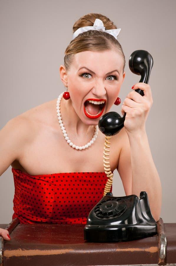 Femme criant dans le téléphone photo libre de droits