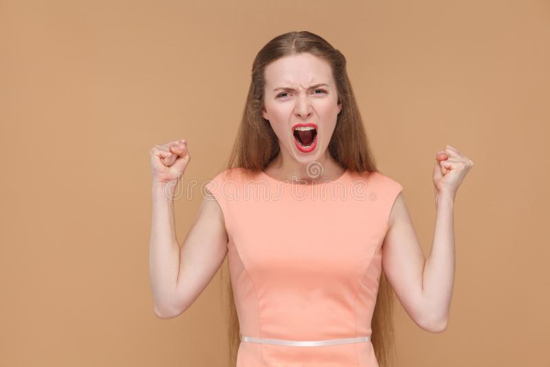 Femme criarde agressive regardant l'appareil-photo photographie stock