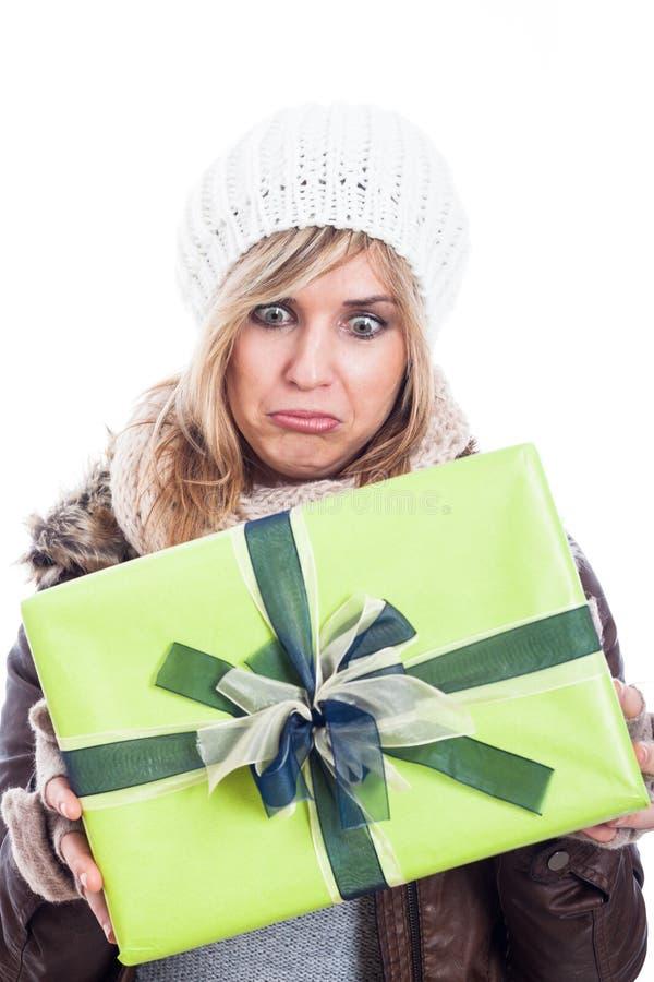 Femme déçue avec le présent image stock
