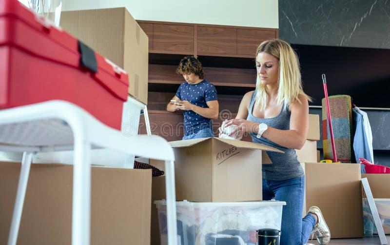 Femme déballant les boîtes mobiles image stock