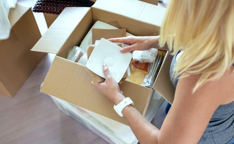 Femme déballant les boîtes mobiles photos stock