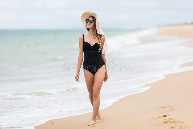 Femme décontractée dans le bikini appréciant des vacances d'été de plage photographie stock libre de droits