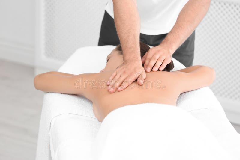 Femme décontractée recevant le massage arrière photo stock