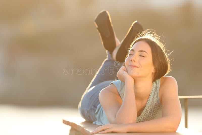 Femme décontractée respirant les yeux se fermants d'air frais photos stock
