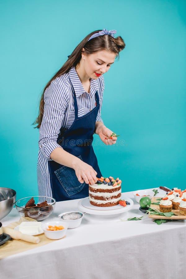 Femme décorant le gâteau délicieux photographie stock