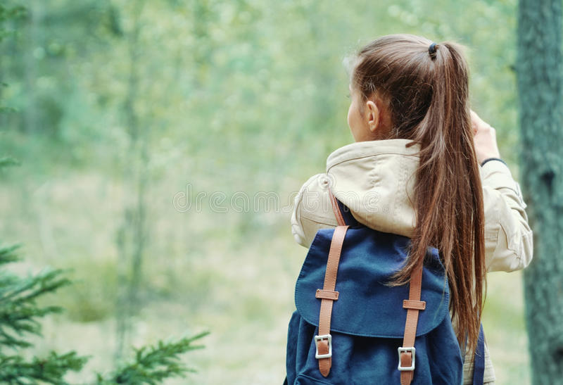 Femme découvrant la nature dans la forêt, concept de mode de vie de voyage photographie stock libre de droits