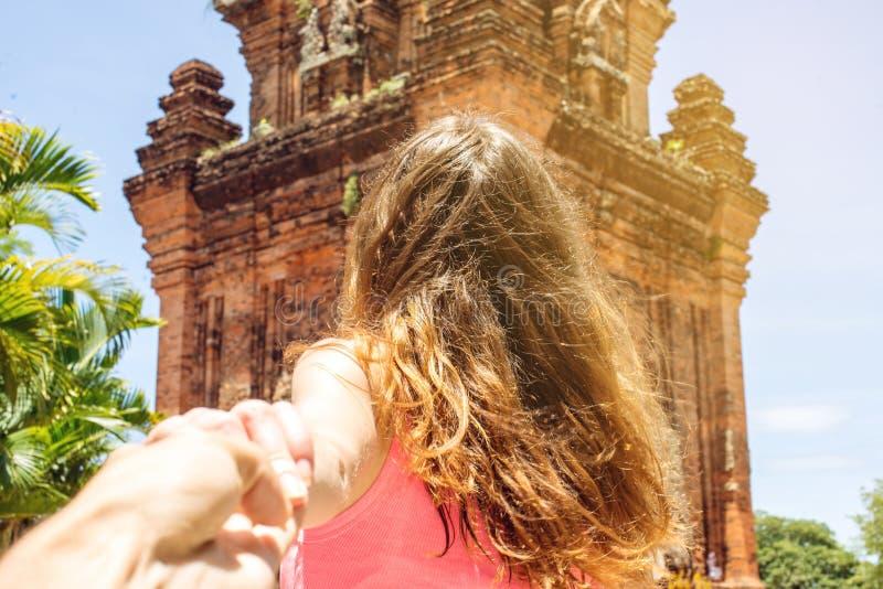 Femme découvrant un temple antique tenant la main du ` s d'ami image stock