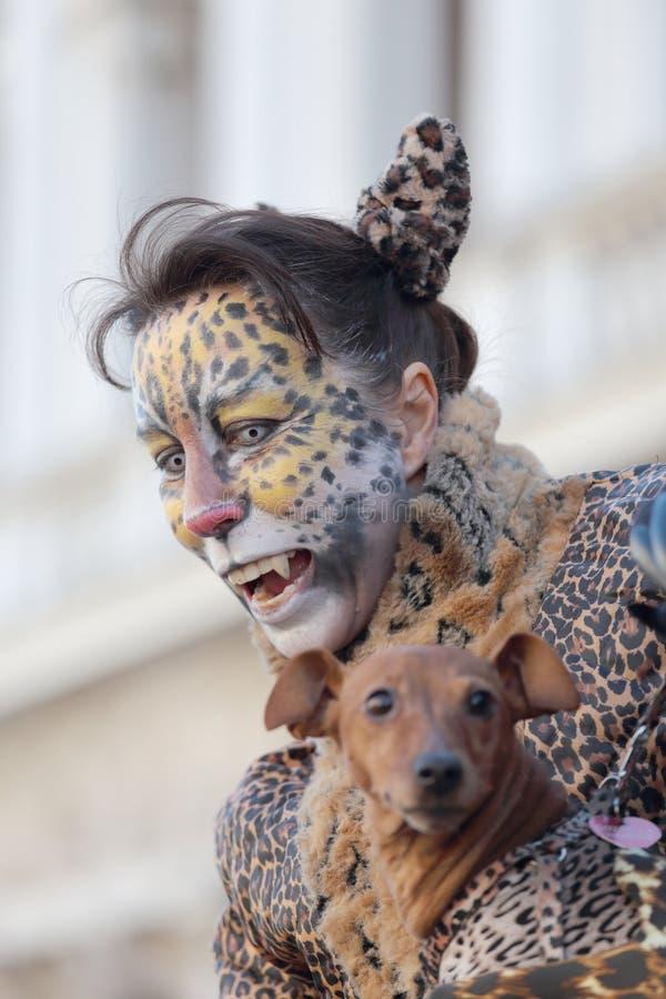Femme déguisée comme léopard pendant le carnaval de Venise images libres de droits