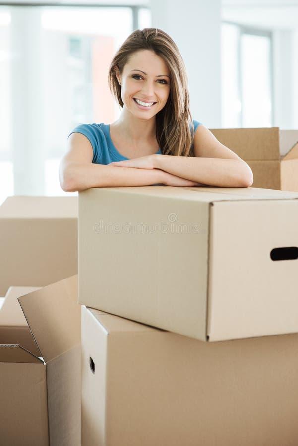 Femme déménageant sa nouvelle maison photo stock