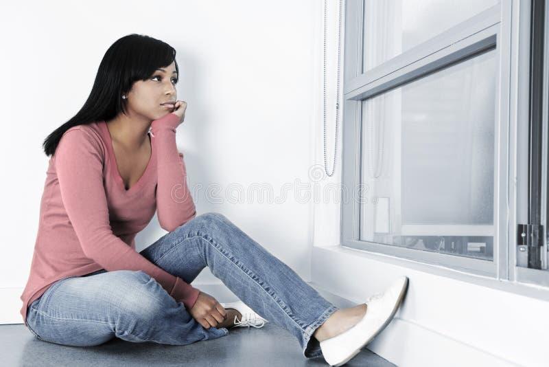 Femme déprimé s'asseyant sur l'étage photos libres de droits