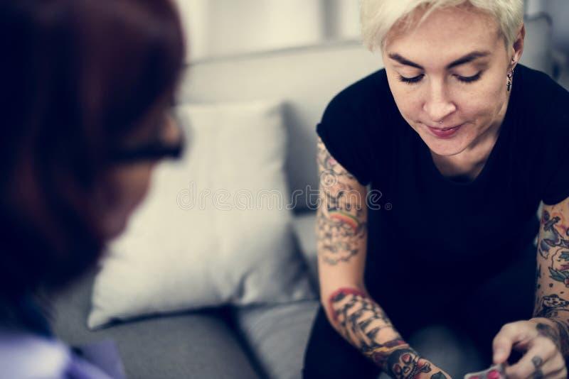 Femme déprimée ayant une session de consultation images stock