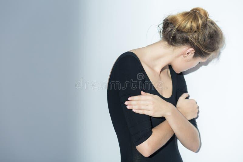 Femme déprimée cachant son visage photographie stock libre de droits