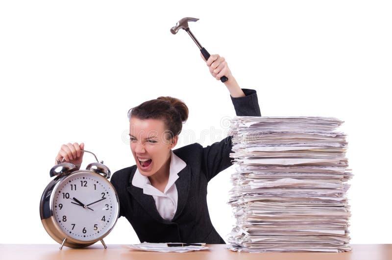 Femme désespérée avec du temps frappant l'horloge image stock