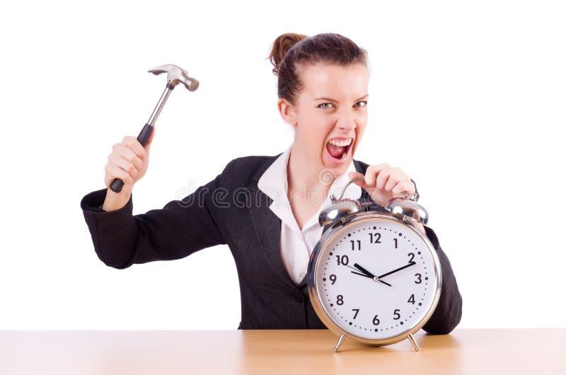Femme désespérée avec du temps frappant l'horloge images stock