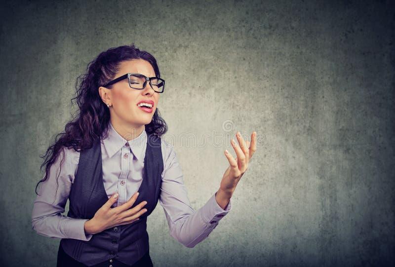 Femme désespérée d'affaires demandant l'aide image libre de droits