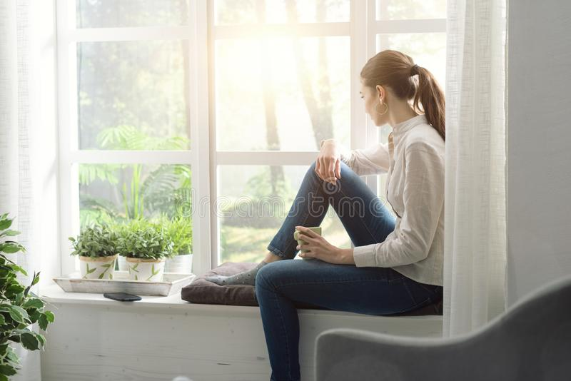 Femme détendant à la maison et ayant le café photos libres de droits
