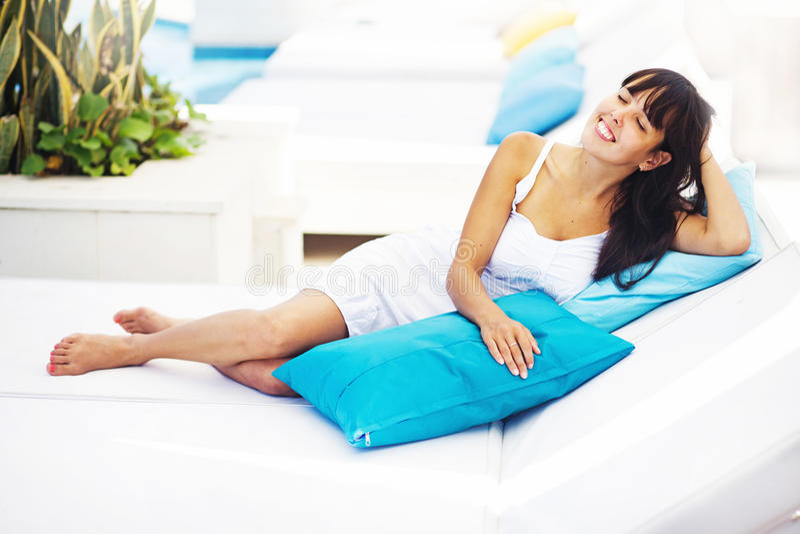 Femme détendant à la station de vacances photos libres de droits
