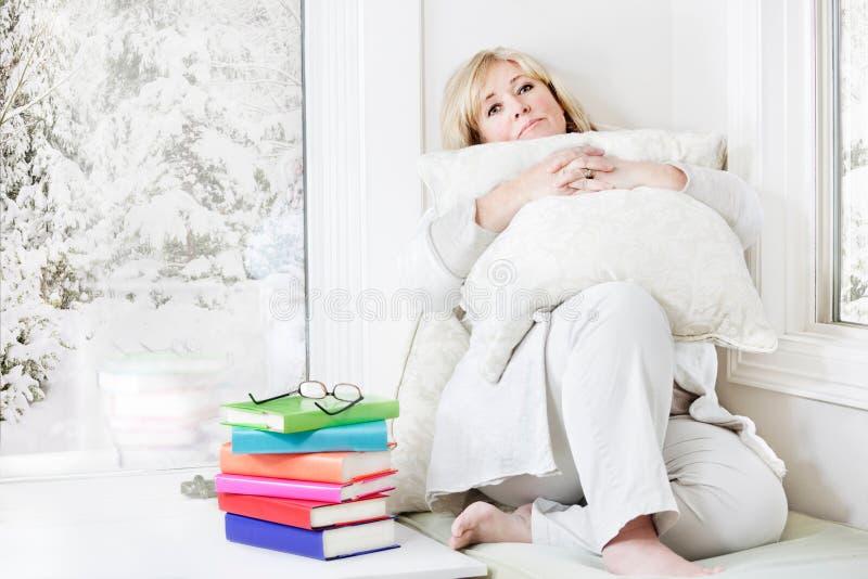 Femme détendant avec des livres image libre de droits