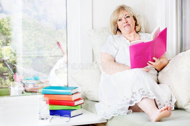 Femme détendant avec des livres images libres de droits