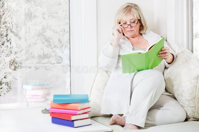 Femme détendant avec un livre photographie stock