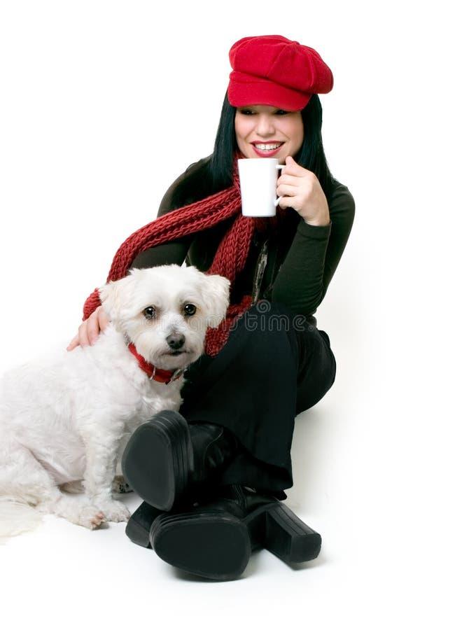 Femme détendant avec un petit crabot d'animal familier photographie stock libre de droits