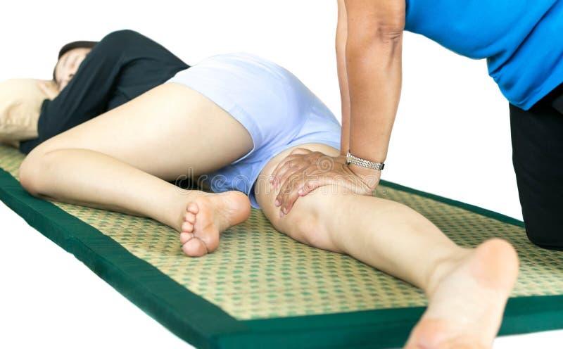 Femme détendant ayant le massage thaïlandais image stock