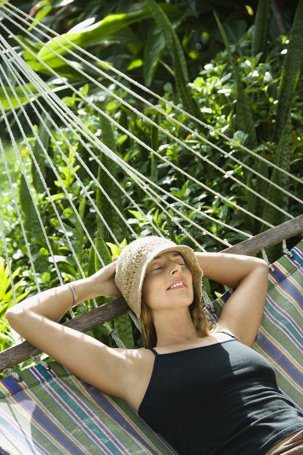 Femme détendant dans l'hamac. photographie stock