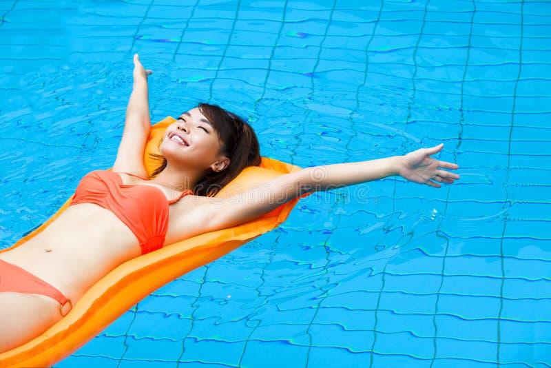Femme détendant dans la piscine image libre de droits