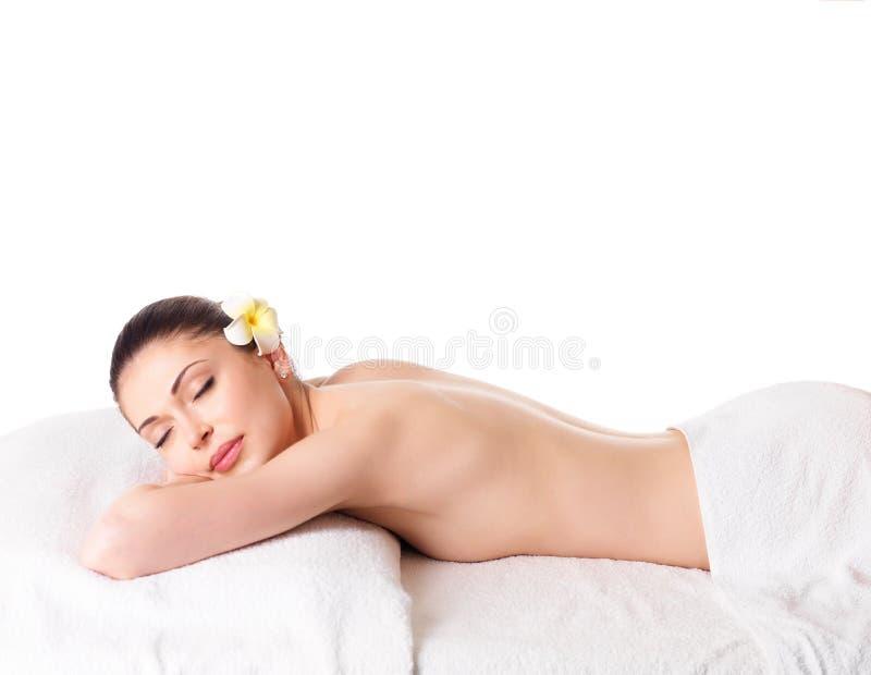 Femme détendant dans le salon de station thermale photographie stock
